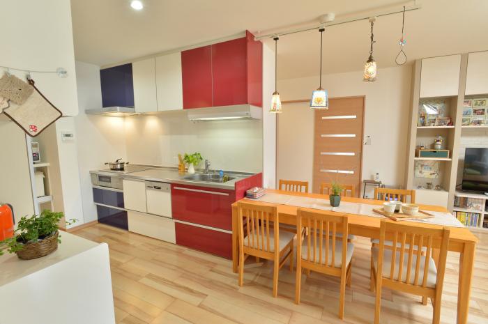 トリコロールのキッチンが印象的な明るいおうちです。