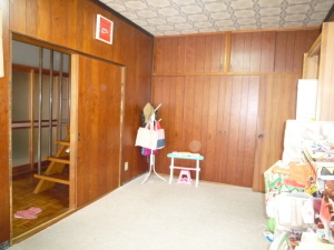 《改装前》 写真左に見える階段を部屋の中に入れたいというご要望でした。